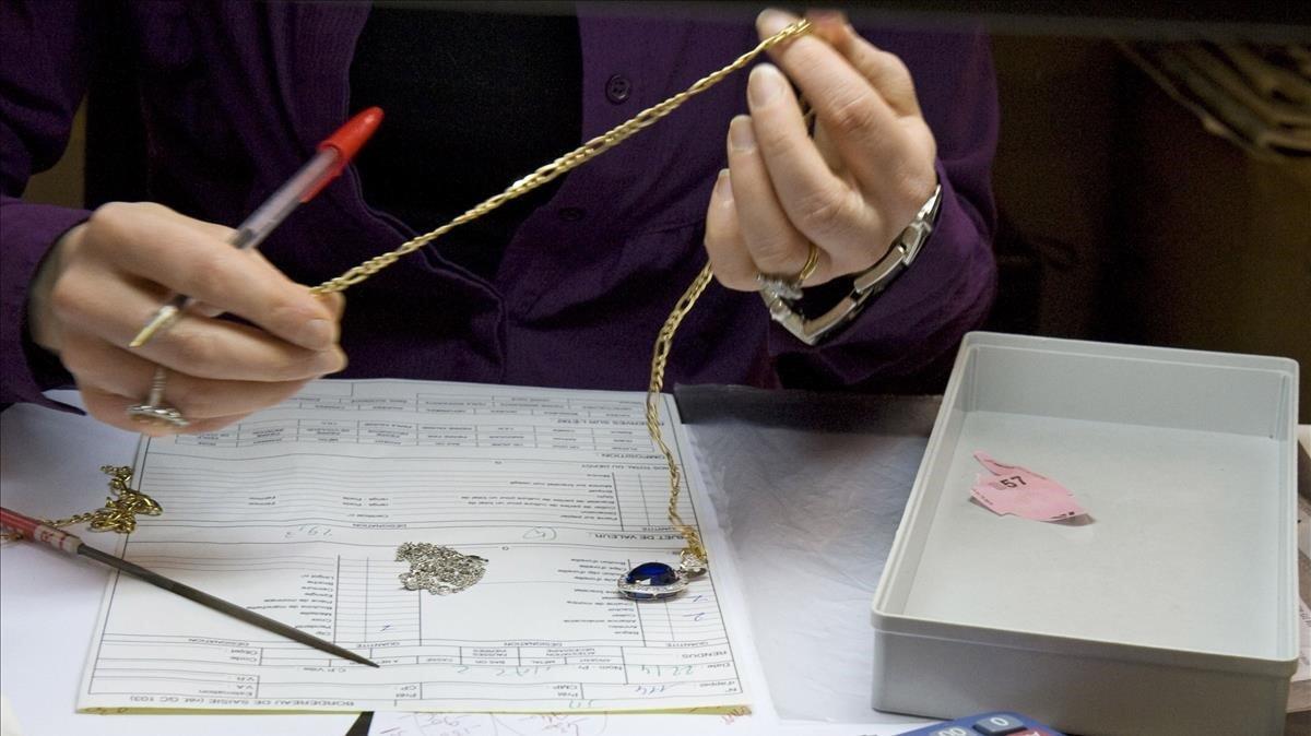 Una mujer inspecciona una joya.