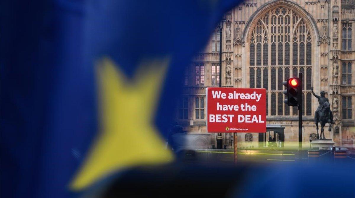 Una pancarta ante la sede parlamentaria británica sostiene que ya se ha alcanzado el mejor pacto posible sobre el 'brexit'.