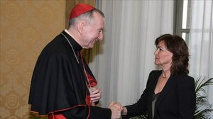 El cardenal Pietro Parolin y la vicepresidenta Carmen Calvo, este lunes en el Vaticano.