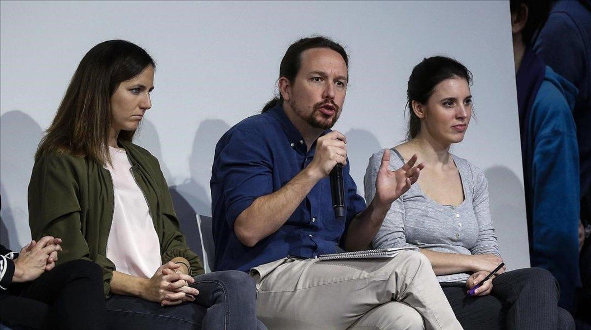 El secretario general de Podemos, Pablo Iglesias, la portavoz en el Congreso, Irene Montero, y la coportavoz parlamentaria, Ione Belarra