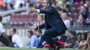 Valverde, de cuclillas, en el partido ante el Athetic.