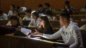 Varios jóvenes, a punto de empezar los exámenes de selectividad,en una facultad catalana, en 2019.