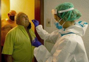 Un vecino de Ripollet se somete a una prueba de PCR en el marco del programa de cribado masivo el pasado 5 de agosto.