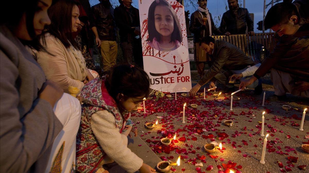 Vigilia por Zainab Ansari (en la imagen), la niña de 7 años violada y asesinada a principios de año, en Islamabad (Pakistán), el 11 de enero.