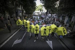 Acción por el derecho a la vivienda en Barcelona.