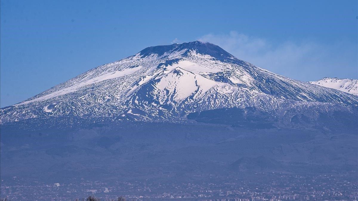 ¡Cartón lleno!: Etna, el volcán más grande de Europa, en erupción