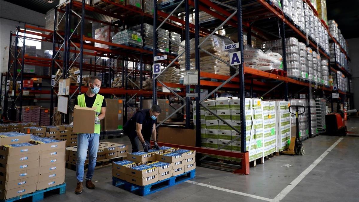 Voluntarios del Banco de Alimentos trabajan en el almacén de la organización en Barcelona, el pasado 18 de mayo.
