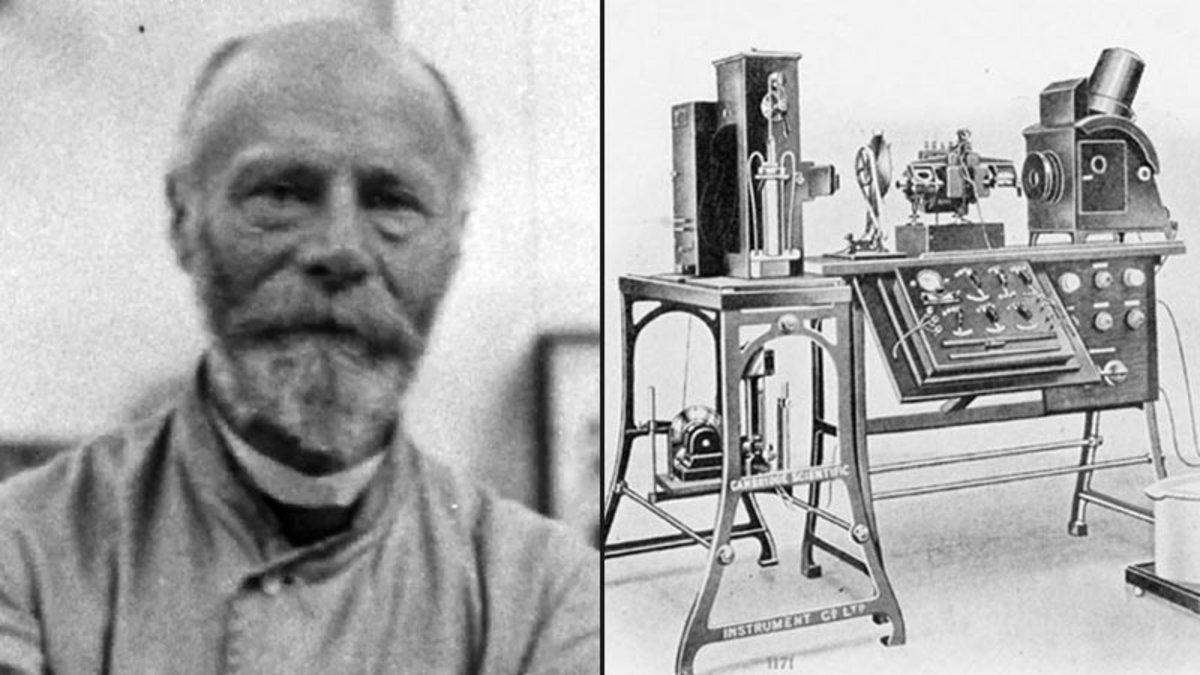Willem Einthoven, junto a una reproducción de su electrocardiógrafo.