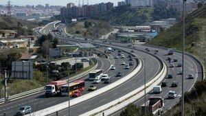 Carril VAO de entrada a Barcelona en la C-58, en el centro, segregado del resto de la vía.