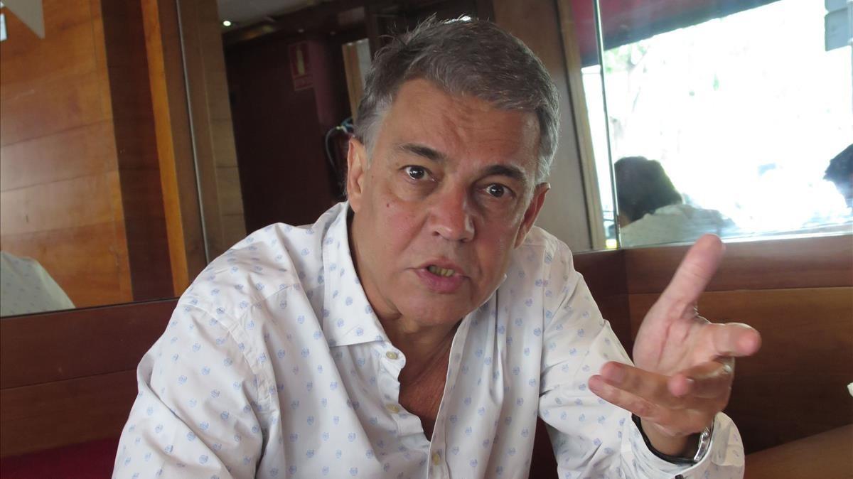 Joaquim Maria Puyal, en el 2016, tras celebrar los 40 años de retransmisiones deportivas en catalán.