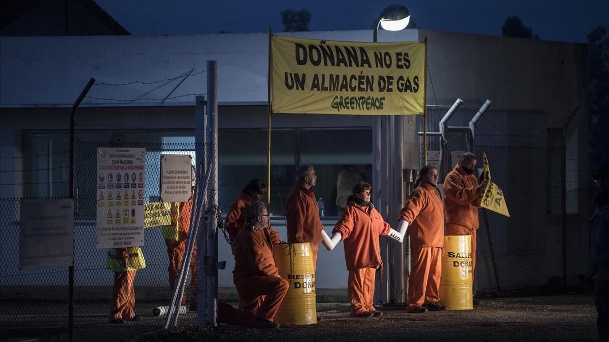 Protesta de Greenpeace contra el proyecto de gasoducto que se quiere construir en las inmediaciones de Doñana.