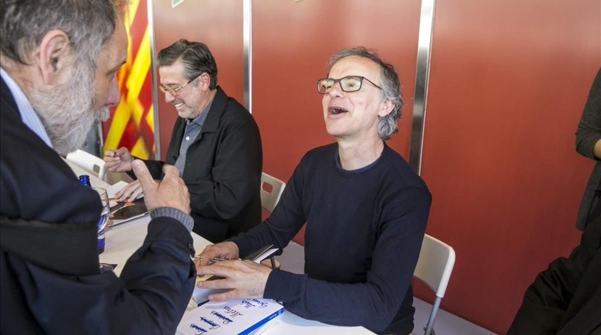 Lluís Gavaldà bromea con uno de sus fans.