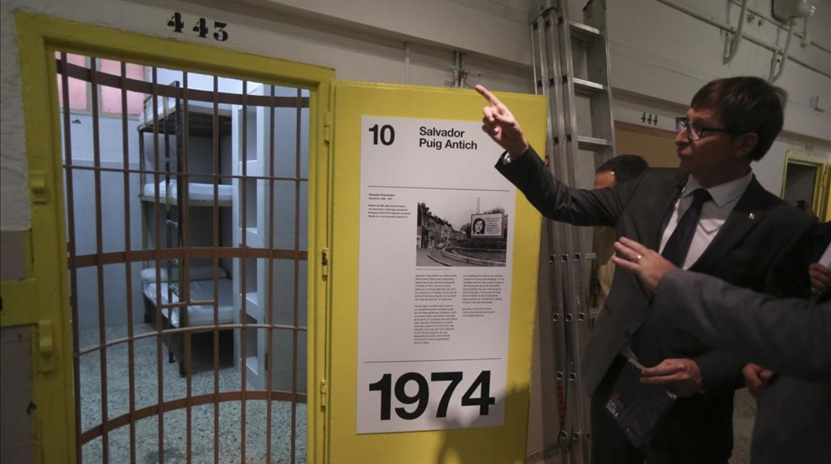 El conseller Carles Mundó en la cárcel Modelo, este miércoles, señalando la celda en que estuvo encerrado Puig Antich.