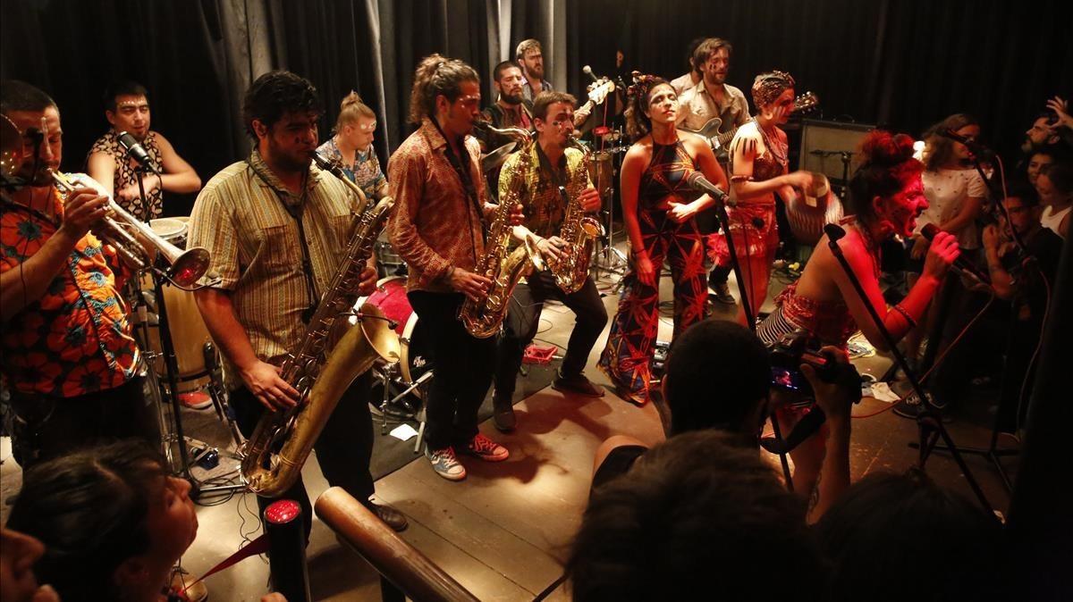 El numeroso grupo chileno Newen Afrobeat, en el pequeño escenario de Marula Café.