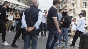 Batalla campal d'ultres a la terrassa del cafè Zurich de Barcelona