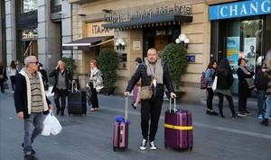 Turistas salen de un hotel de Barcelona.