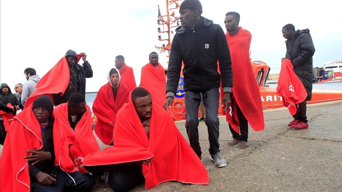 Rescate de inmigrantes en Tarifa, el martes.