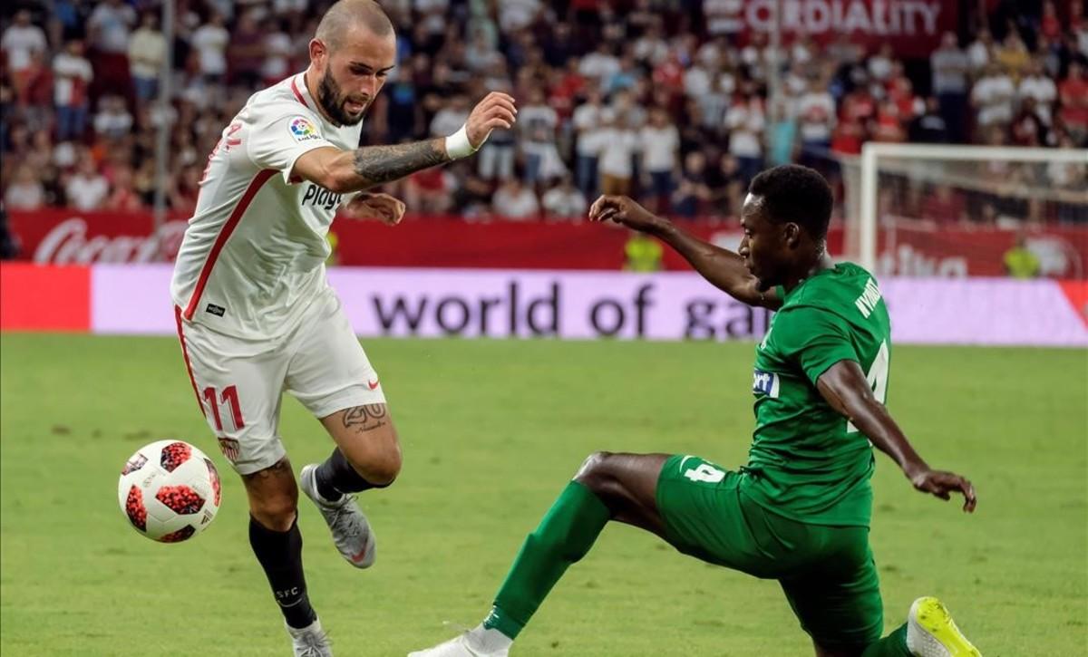 Aleix Vidal trata de superar a Nyuladzi del Zalgaris Vilna.