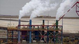Emisiones de una planta de tratamiento de potasio en el Mar Muerto, en Israel.
