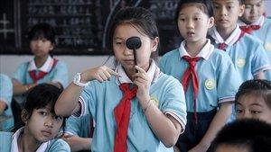 Alumnos de un colegio de Huzhou comprueban su agudeza visual en clase.