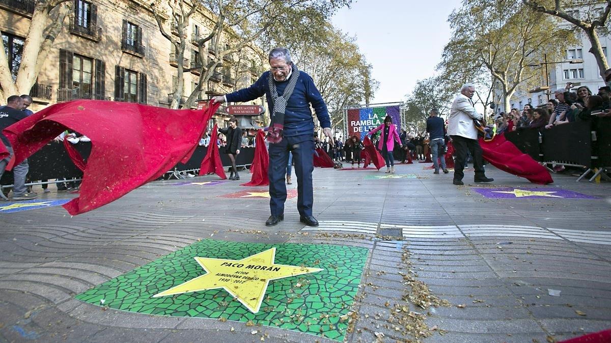 Joan Pera (centro), Mario Gas (derecha) y otros artistasdestaparon ayer frente a Arts Santa Mònica estrellas inspiradas en las del paseo de la fama de Hollywood para impulsar el proyecto de LaRambla de les Arts.
