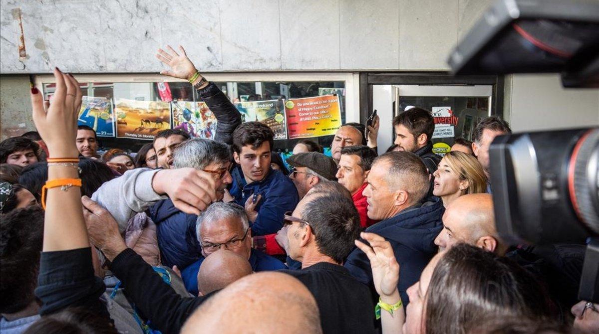 Tensión durante la visita de Cayetana Álvarez de Toledo a la UAB.