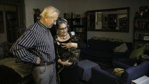 Montse y Joan, en el salón de su piso de la calle del Pi, donde residen desde 1957.