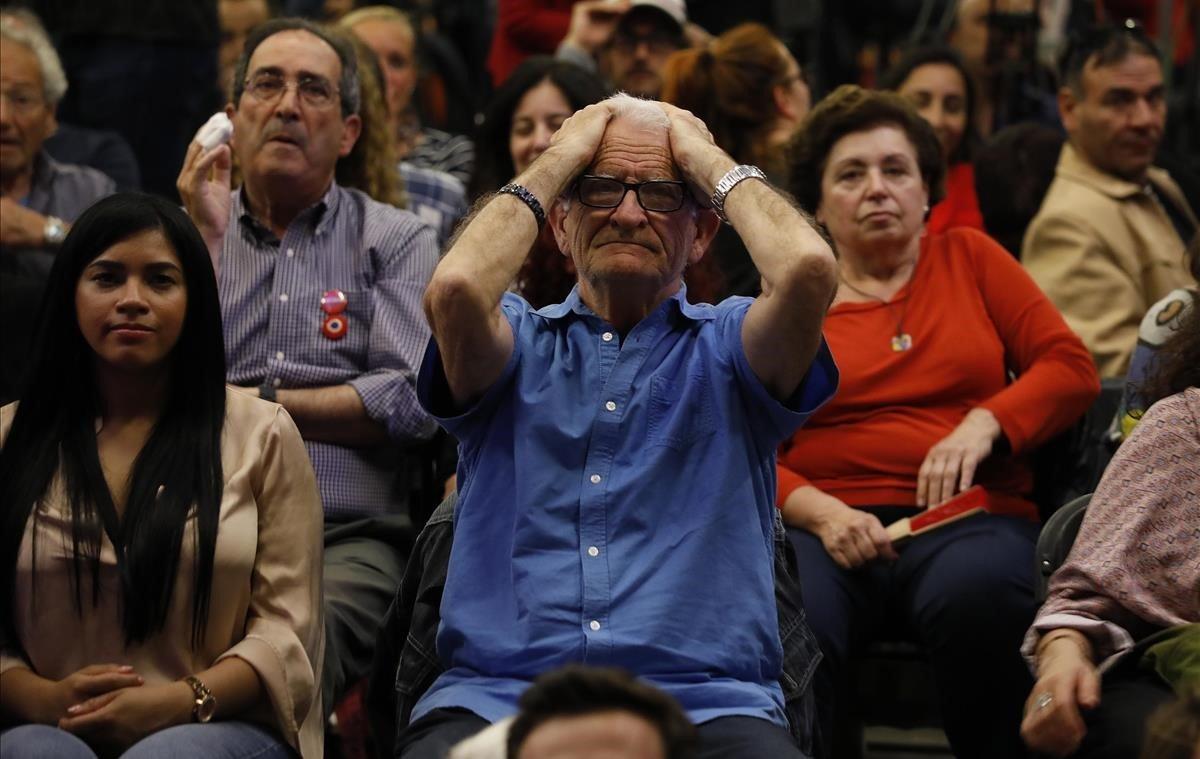 La tristeza visible entre los militantes de Barcelona en Comú, tras conocer la derrota de Ada Colau.