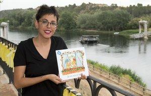 Cristina Ribes con su libro, junto al paso de barca de Flix.
