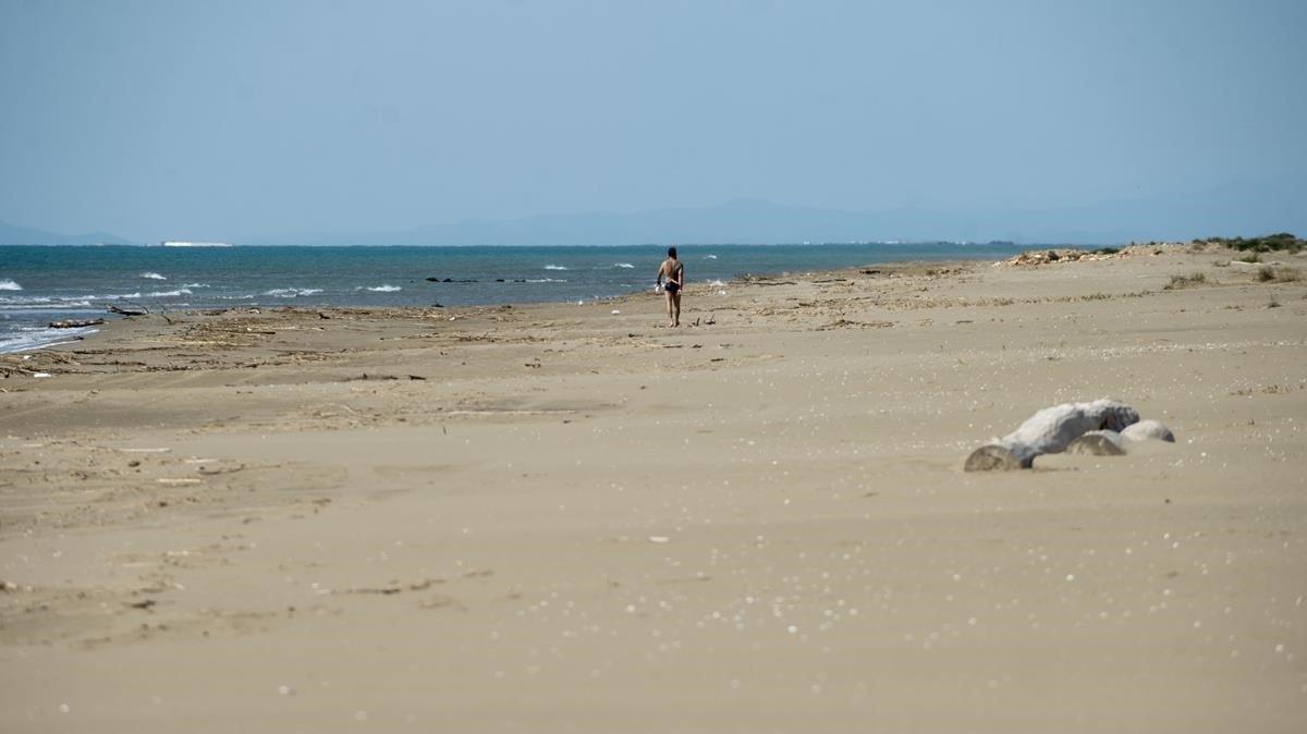 Un hombre pasea por la playa del Serrallo, totalmente desierta, la semana pasada.