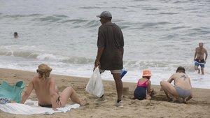La venda ambulant il·legal es desborda a les platges de Barcelona