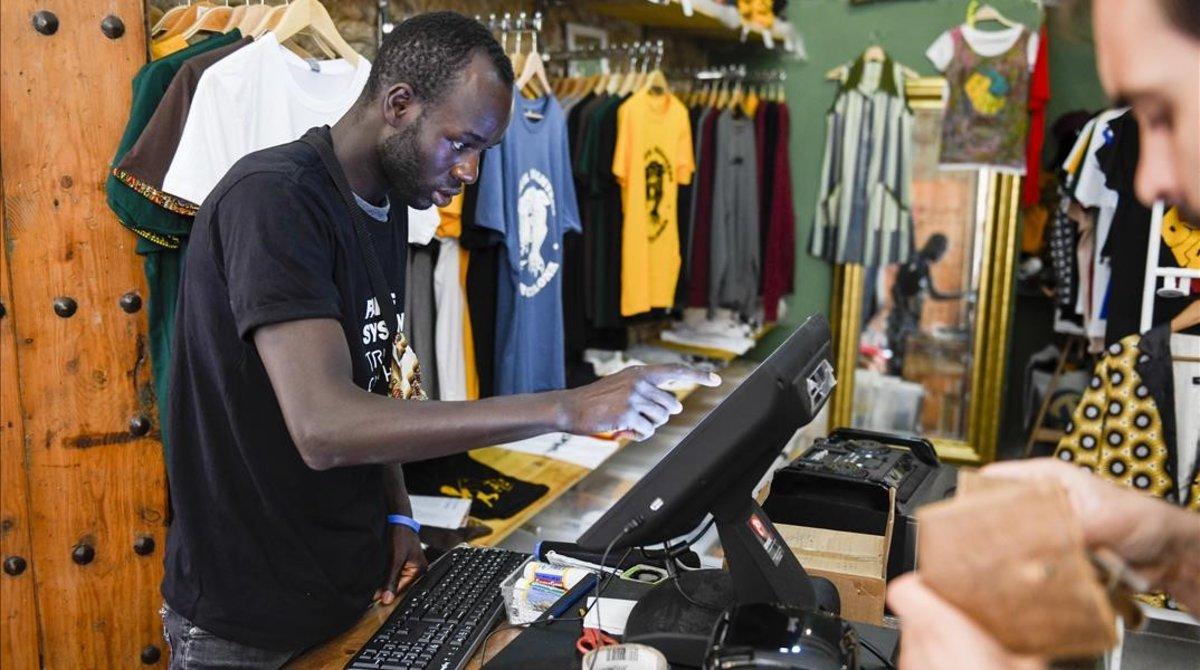 Lamine Bathily en la tienda del Sindicato en el Raval.