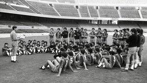 Laureano Ruiz da instrucciones en el Camp Nou a jugadores y técnicos, años 70.