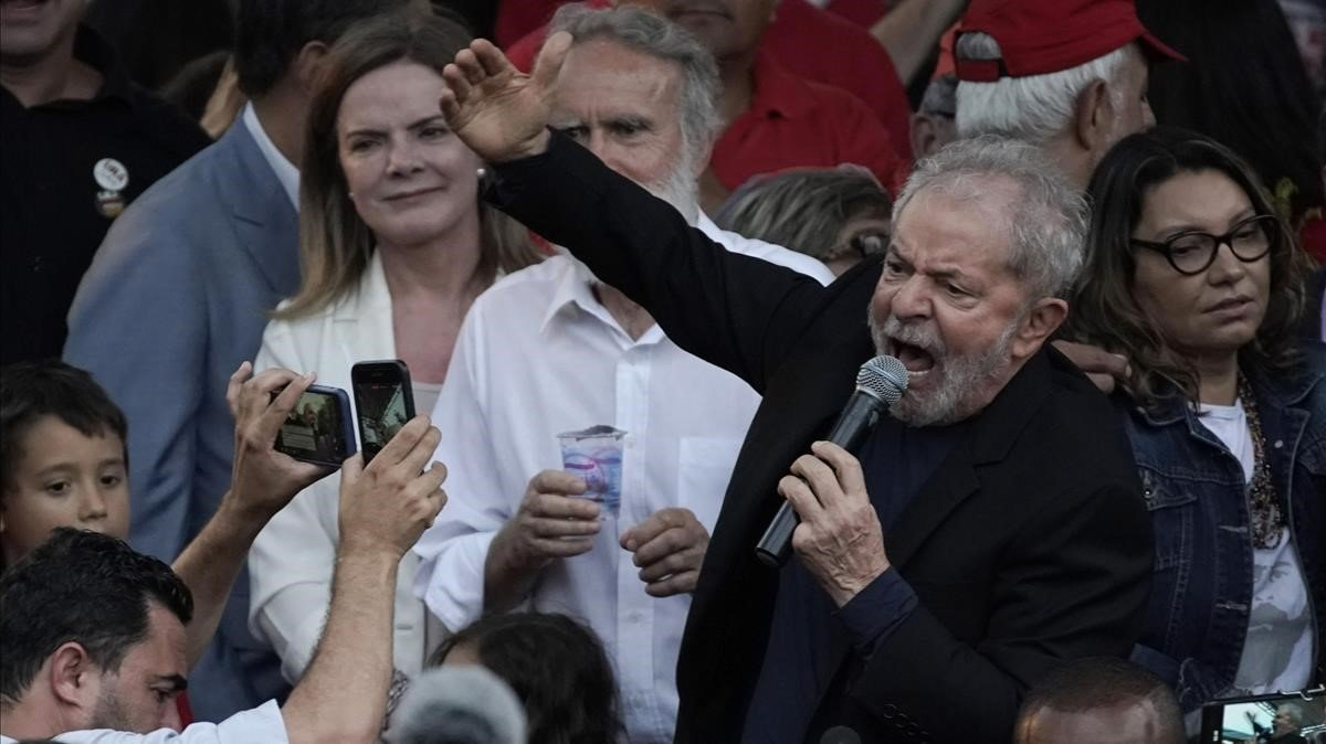 El ex presidente de Brasil, Luiz Inácio Lula da Silva, habla con sus simpatizantes después de ser liberado de la cárcel.