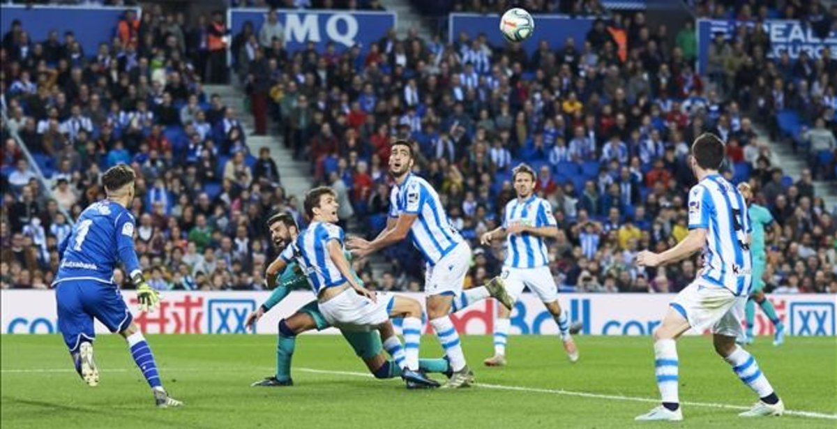 La jugada polémica de Anoeta en la que el árbitro no apreció un agarrón a Piqué dentro del área.