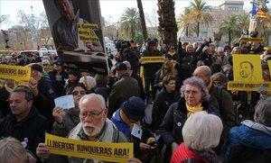 Unes 200 persones exigeixen davant del TSJC el reconeixement de Junqueras com a eurodiputat