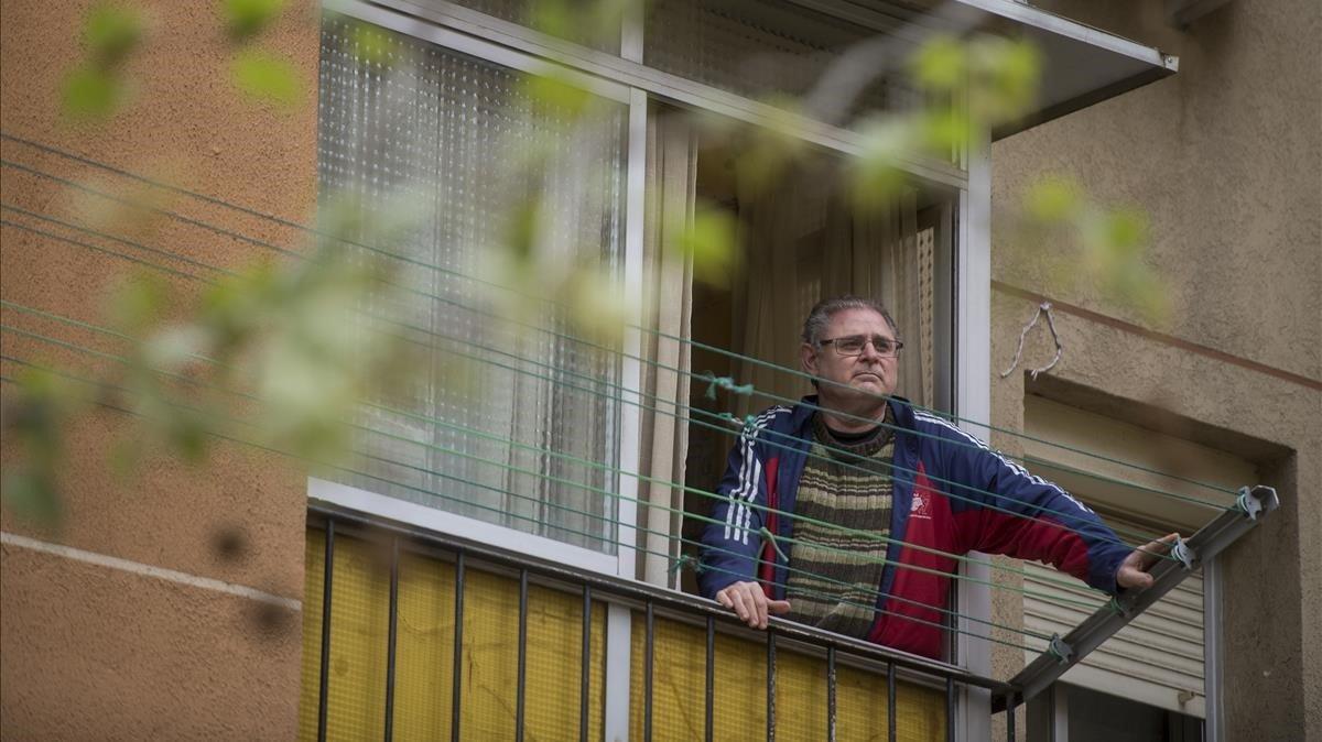 Sergio Escudero, en la ventana de su casa de Trinitat Nova que da a la calle.