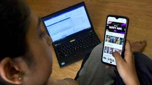 Una joven utilizando la aplicación Tik Tok.