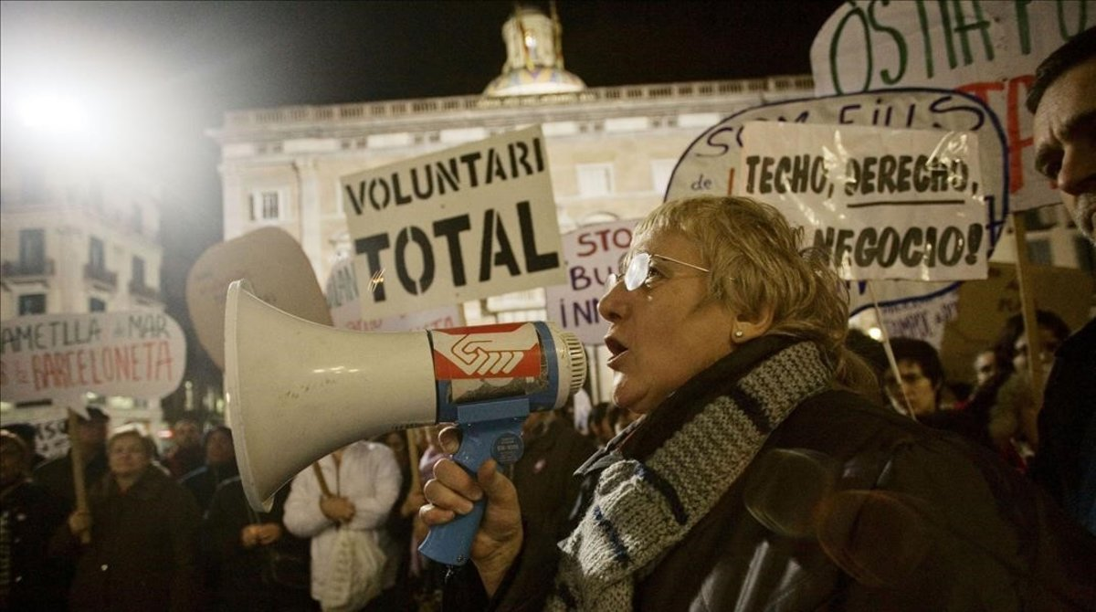 Emilia Llorca en una manifestación en la plaza de Sant Jaume.