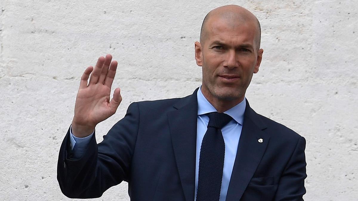 Zinedine Zidane saluda a los aficionados durante la rúa, el pasado 27 de mayo.