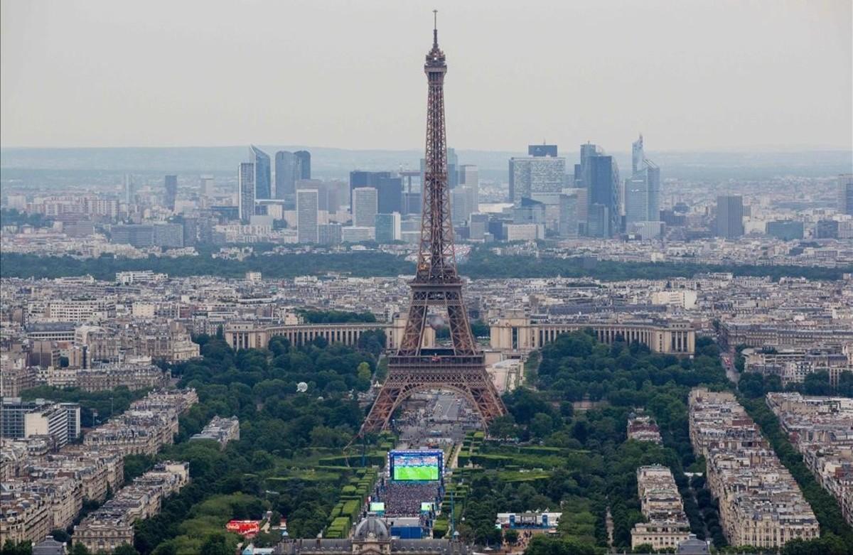 La zona de fans de París durante el partido inaugural dela Eurocopa 2016.