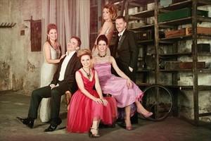 En familia 8Los protagonistas de Els tres aniversaris, en una imagen promocional.