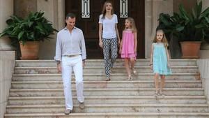 zentauroepp34930527 los reyes de espa a felipe vi y letizia ortiz con sus hijas 171128135941