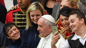 El Papa Francisco se presta a un selfi tras la audiencia general de los miércoles en el Vaticano.