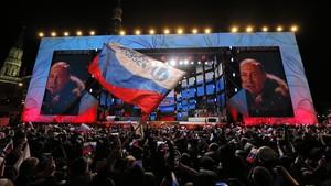Putin (en una pantalla gigante) pronuncia un discurso durante un mitin cerca del Kremlin, en Moscú, el 18 de marzo.