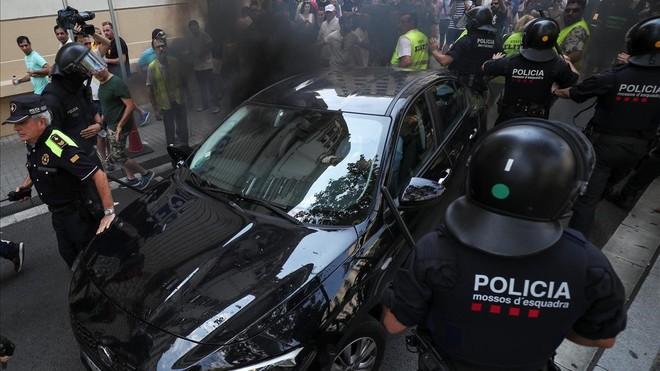 Un conductor de Cabify evitando la multitud