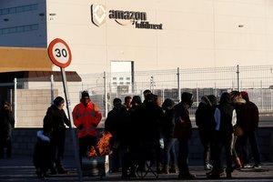 Los sindicatos en Amazon retomanlas huelgas en el centro logistico de San Fernando de HenaresMadridcoincidiendo con la campana de Reyespara reclamar mejoras laborales- EFE Chema Moya