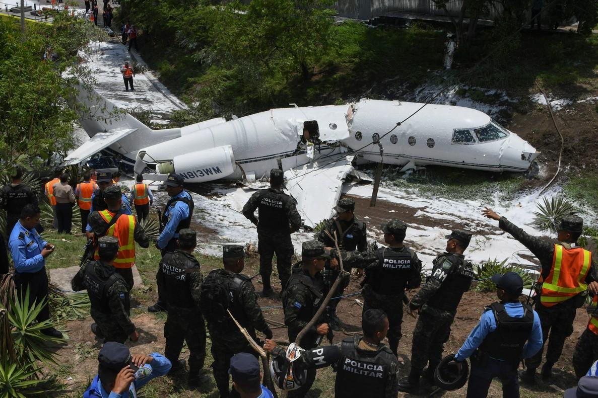 Personal de emergencias junto al avión que se ha salido de la pista en Tegucigalpa.