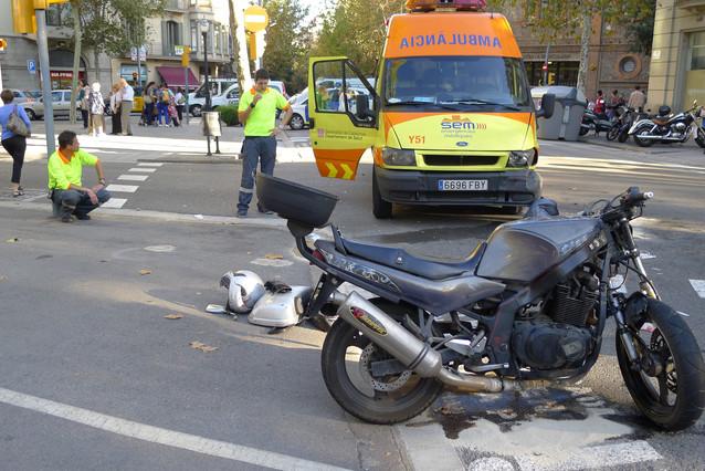 El lugar del accidente, con la motocicleta en primer plano.