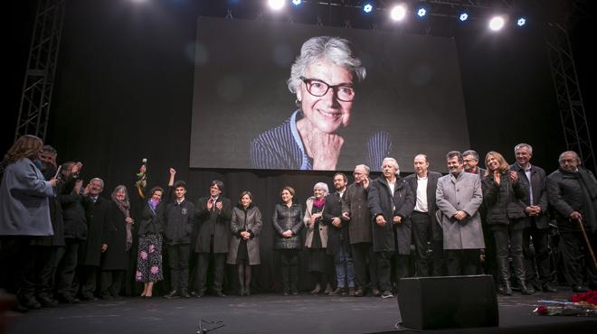 Una imagen de la diputada de JxSí presidió el escenario del acto del homenaje.